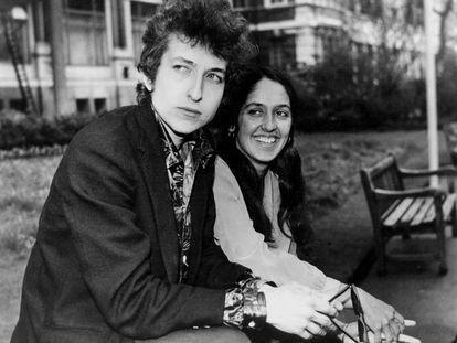 Bob Dylan con Joan Baez, en una imagen de 1965.