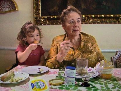 Julita Salmerón con su nieta en 'Muchos hijos, un mono y un castillo'.