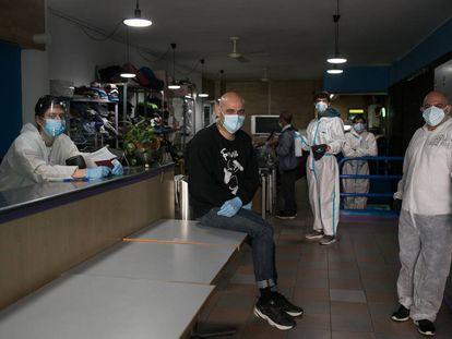 El gimasio social Sant Pau es uno de los puntos donde se ha repartido comida durante la crisis del coronavirus en Barcelona.
