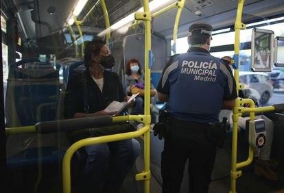 Un agente de la Policía Municipal de Madrid realiza un control de movilidad este lunes.