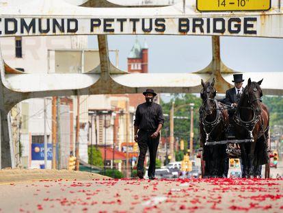 La carroza del congresista John Lewis cruza este domingo el puente Edmund Pettus, en Selma (Alabama).