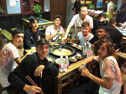 Los jugadores del Cadete A del Valencia CF en una cena típica china, en Kunming, China, durante LaLiga Hope Cup.