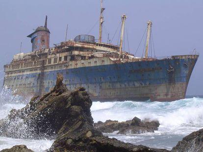 Los restos del American Star tal y como estaban en el año 2004 frente a la playa de Garcey (Fuerteventura).