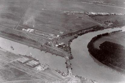 Vista aérea de la base de Tablada en 1929 y en la que se ve el puente de Hierro.