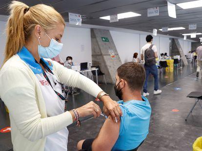 Un hombre recibe la vacuna contra la covid en el Wizink Center de Madrid el 24 de agosto.