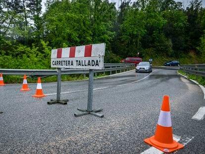 Carretera C-35 entre Fogars de la Selva y Maçanet cortada por desprendimientos a causa de la intensa lluvia durente la madrudgada.