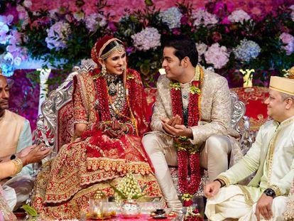 Akash Ambani, hijo de Mukesh Ambani, con su esposa Shloka Mehta, durante la boda.