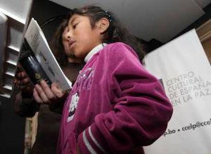 """Jóvenes bolivianos visitan el recién estrenado Centro Cultural de España en La Paz, donde por primera vez se leyó la universal obra cervantina """"Don Quijote de la Mancha""""."""