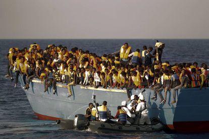Voluntarios de una ONG partaicipan en el rescate de migrantes en peligro de naufragio.