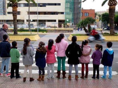 Un grupo de niños protestan frente a la Delegación de Gobierno en Melilla pidiendo ir al colegio, en 2018.