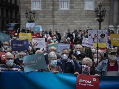 Manifestación contra la alcaldesa Ada Colau en la plaza de Sant Jaume.