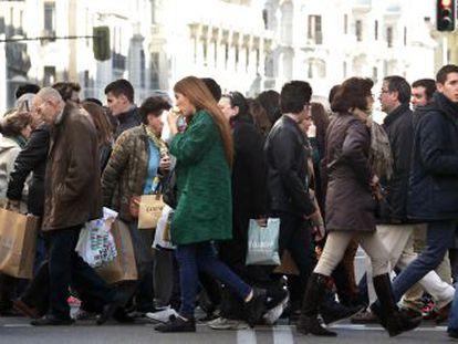 Decenas de personas realizan sus compras de Navidad en el centro de Madrid.