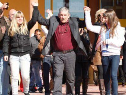 Miguel Montes Neiro con sus hijas tras salir de la prisión de Albolote.