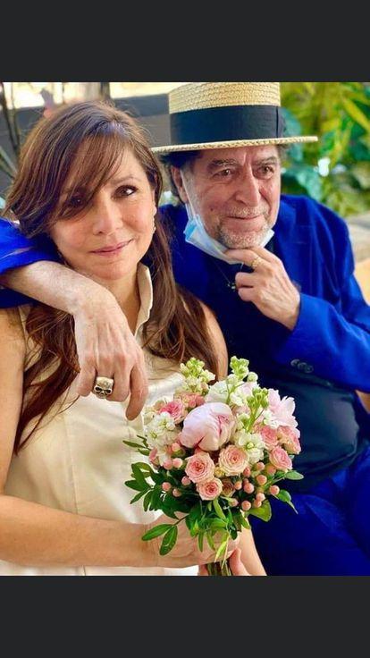 Joaquín Sabina y Jimena Coronado, convertidos en marido y mujer, este lunes en Madrid.