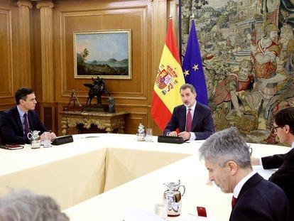Reunión del rey Felipe VI con el presidente del Gobierno, Pedro Sánchez, en el palacio de la Zarzuela, y los miembros del Comité de Gestión Técnica del Coronavirus.
