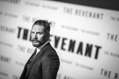 La mirada de tipo cabreado de Tom Hardy. Esta vez en la presentación de 'El renacido'.