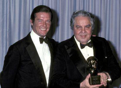 Roger Moore y Albert Broccoli en la gala de los Oscar de 1981.