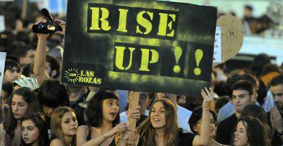 Varios indignados, durante la protesta de anoche en Madrid.