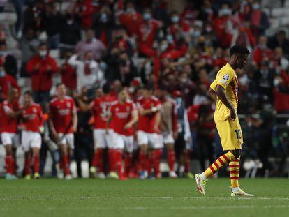Ansu FatI se lamenta del tercer gol del Benfica en el encuentro del miércoles celebrado en el estadio Da Luz de Lisboa. /Pedro Nunes