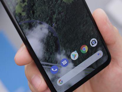 Imagen de la interfaz de un móvil Android con el Teléfono de Google, Mensajes, Play Store, Google Chrome, Cámara y el buscador de Google DANIEL ROMERO/UNSPLASH 17/05/2021