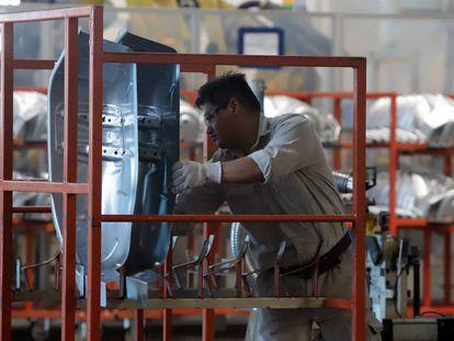 Un trabajador, en una planta automotriz en México.