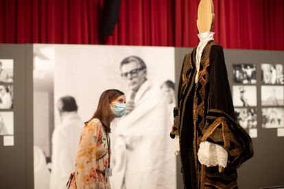 Una mujer observa el disfraz que lució Donald Sutherland en la película