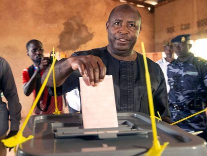 Évariste Ndayishimiye deposita su voto durante las elecciones celebradas el pasado miércoles en su colegio electoral de Gitega, en Burundi.