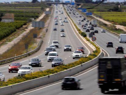 Vista general del tráfico en la autopista V-31 a su paso por Picassent, Valencia, durante este domingo de pascua.