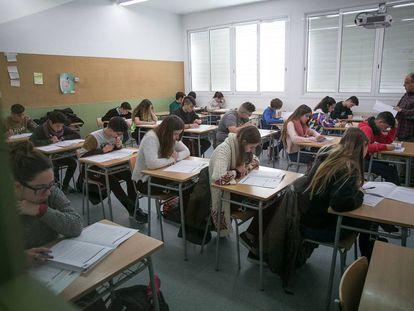 Alumnos de un instituto de Barcelona durante un examen.