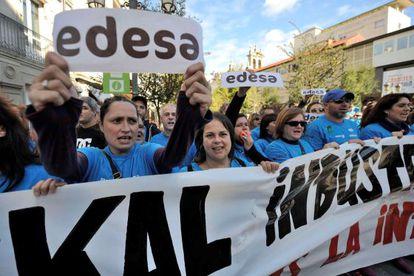 Un momento de la concentración de los trabajadores de Edesa frente al Parlamento.