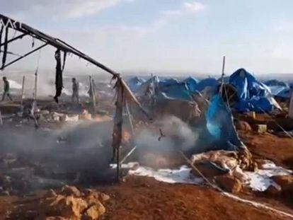Imagen suministrada por redes de la oposición siria en la que se percibe supuestamente el campo de desplazados internos atacado este jueves.