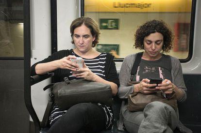 La alcaldesa de Barcelona, Ada Colau, en una imagen de 2019 consultando su teléfono móvil.