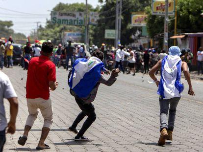 Varios manifestantes se enfrentan a seguidores de Daniel Ortega.