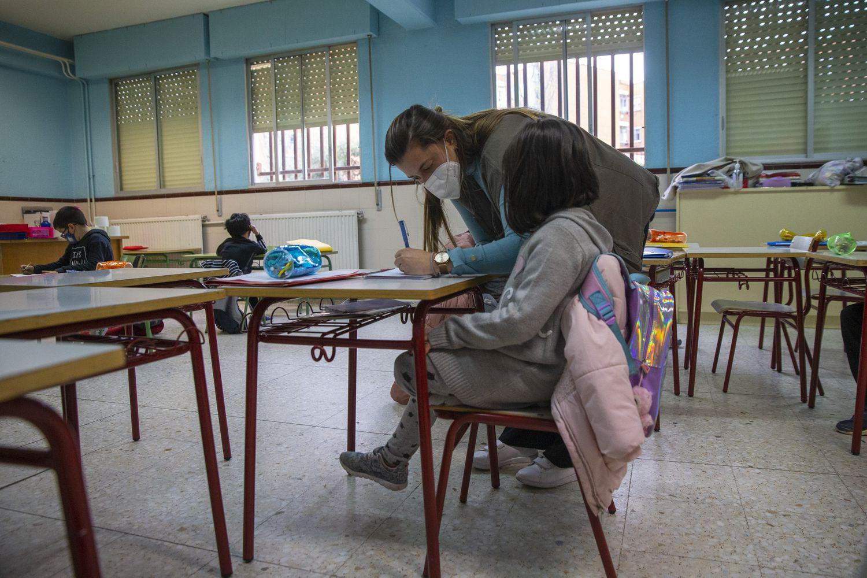 Una profesora de apoyo ayuda a una alumna en el CEIP Giner de los Ríos en Fuenlabrada, Madrid.
