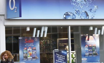 Una mujer, frente a una tienda de 02 en Loughborough (Reino Unido).