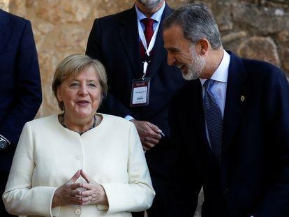 La canciller de Alemania, Angela Merkel, y el rey Felipe VI, antes de la entrega del premio Carlos V.