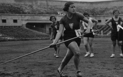 Ana María Martínez Sagi en un campeonato de lanzamiento de jabalina.