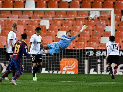 Messi supera la barrera y bate a Cilessen en el lanzamiento que supuso el tercer gol