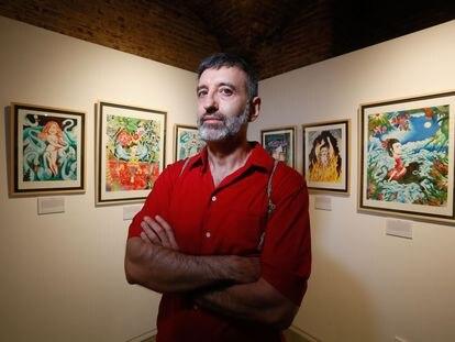 El artista Roberto Maján en la galeria La Fiambrera, en Malasaña.