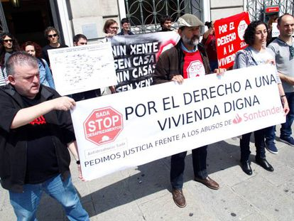 Concentración de la asociación Stop Desahucios en A Coruña, en mayo.