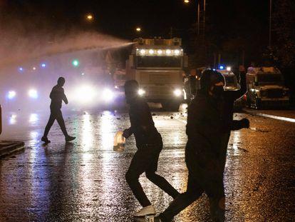 Un grupo de personas atacaba el pasado jueves vehículos policiales en Belfast cerca de uno de los denominados Muros de la Paz.