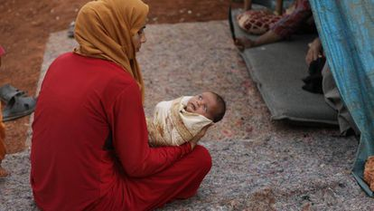Una madre y su hijo en Siria.