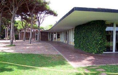 Exterior del edificio construido por Coderch para el golf de El Prat, en una imagen de antes de su cierre en el año 2000.