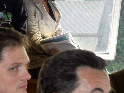 Yasmina Reza viaja junto a Nicolas Sarkozy el pasado marzo, durante la campaña.