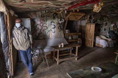 Ato, posa en su bar del asentamiento de El Bosque en Lucena del Puerto, en marzo de 2021.
