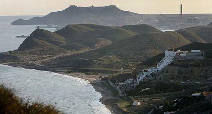 Paraje de Cabo de Gata con el hotel de El Algarrobico.