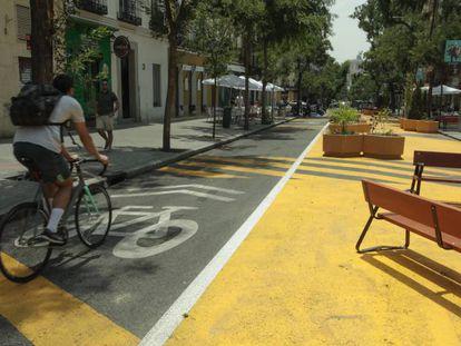 Urbanismo táctico (posteriormente revertido) en la calle Galileo de Madrid.