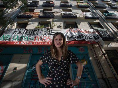 La abogada y activista de la PAH Alejandra Jacinto, junto al edificio de Argumosa, 11 (Lavapiés).