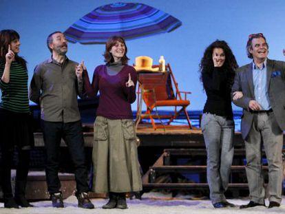 El elenco de intérpretes y músicos de Salón Romántico.