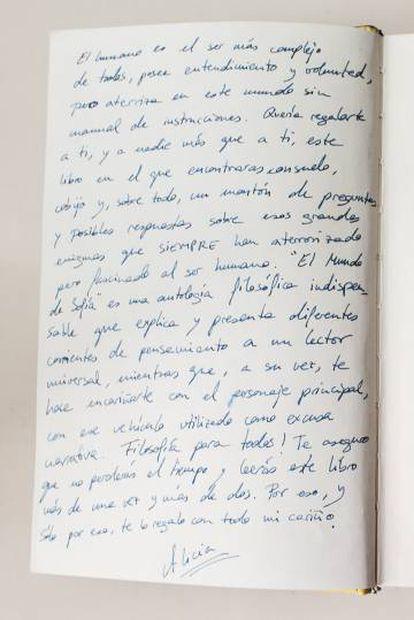 Arriba, a la izquierda, dedicatoria en El mundo de Sofía, uno de los libros recogidos en teta & teta.